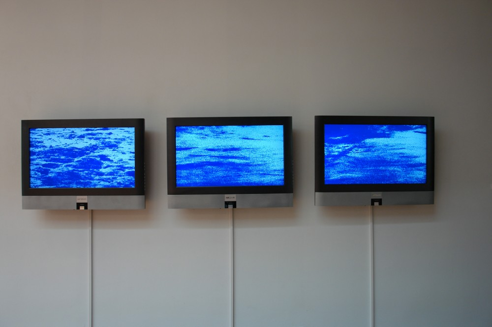 Floating time (bleu), 2006, Dimension variable, Video installation, Color/no sound, Couleur/silencieux, 5mn40, Video loop projected, Vidéo en boucle
