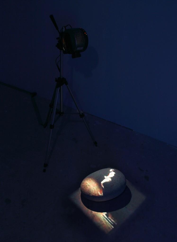 Trace, 2000-6, Durée : 8mn (en boucle), Installation Vidéo, Couleur, son, Color/Sound, Video loop projected in a dark room